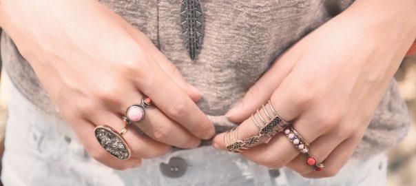 2442a8490f3 Qual é o significado do anel em cada dedo