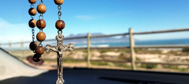 Como rezar o Terço? Aprenda o passo a passo